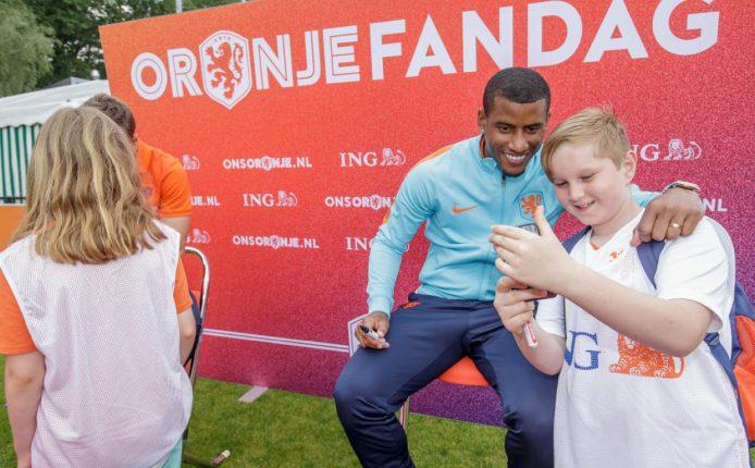KNVB Oranje Fandag 2017 selfie met Narsingh