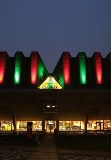 TU Delft brengt aula congrescentrum in kerstkleuren